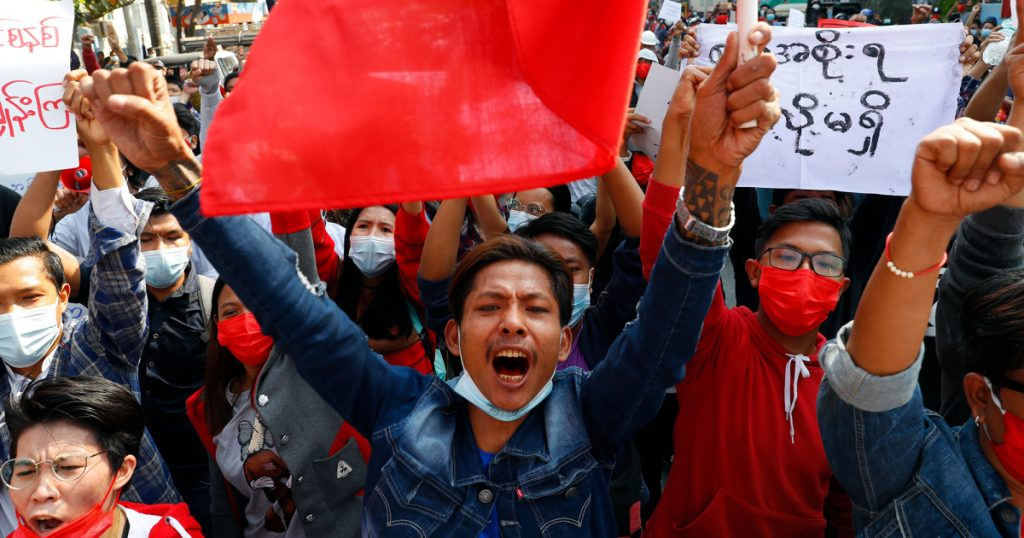 gripping-photos:-anti-coup-protesters-are-defying-myanmar's-military-in-the-streets